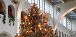 Ein festlich geschmückter Weihnachtsbaum ist der Mittelpunkt an Heiligabend.
