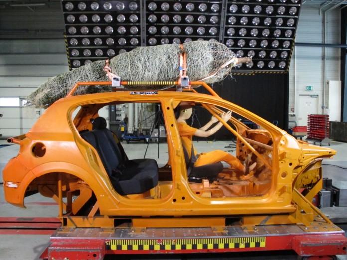 Der ADAC-Crashtest zeigt es: Nur mit Spanngurten sollten Sie den Weihnachtsbaum transportieren (Foto: ADAC).