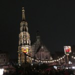 Der Schöne Brunnen leuchtet über den Buden des Nürnberger Christkindlesmarkt (Foto: Odufroehliche.de)