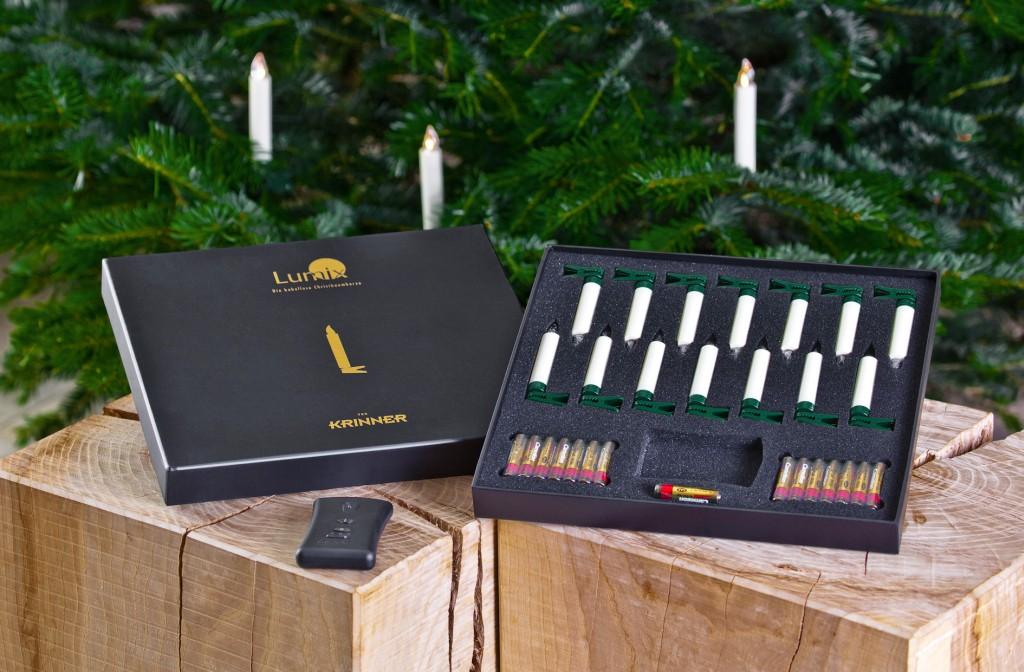 So kommen die kabellosen Christbaumkerzen zu Ihnen nach Hause: Im Set sind neben den Kerzen auch Batterien und Fernbedienung enthalten (Foto: Krinner)