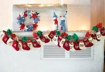 Dieser Adventskalender zum Befüllen besteht aus 24 Filz-Stiefelchen an einer Girlande (Foto: JAKO-O)