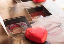 Dieser selbstgestaltete Foto Adventskalender von Fotokasten enthält leckere Lindt-Schokoherzen.