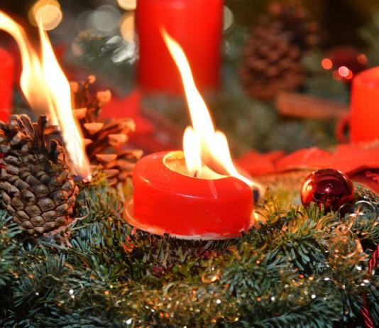 Mit unseren Tipps rund ums Thema Brandschutz vermeiden Sie, dass ein Adventskranz Feuer fängt (Foto: obs/Dekra SE/Popp)