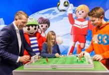 Europa- und Weltmeister Andy Köpke präsentierte die große Playmobil Fußballarena auf der Spielwarenmesse 2016 (Foto: Playmobil)