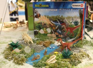 Raptor, Stegosaurus-Skelett und andere Überraschungen stecken im Schleich Dinosaurier-Adventskalender 2016.