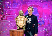"""Sascha Grammel mit Schildkröte Josie in seinem neuen Live-Programm """"Ich find's lustig"""" (Foto: RTL / Michael Zargarinejad / Universal Music)"""