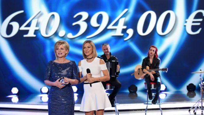 Carmen Nebel begrüßt prominente Gäste zu ihrer großen Spendengala im ZDF (Foto: ZDF / Sascha Baumann).