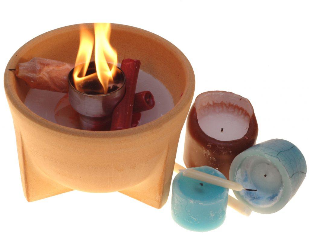 Der Glasfaserdocht im Denk Schmelzfeuer lässt Kerzenreste förmlich dahinschmelzen.