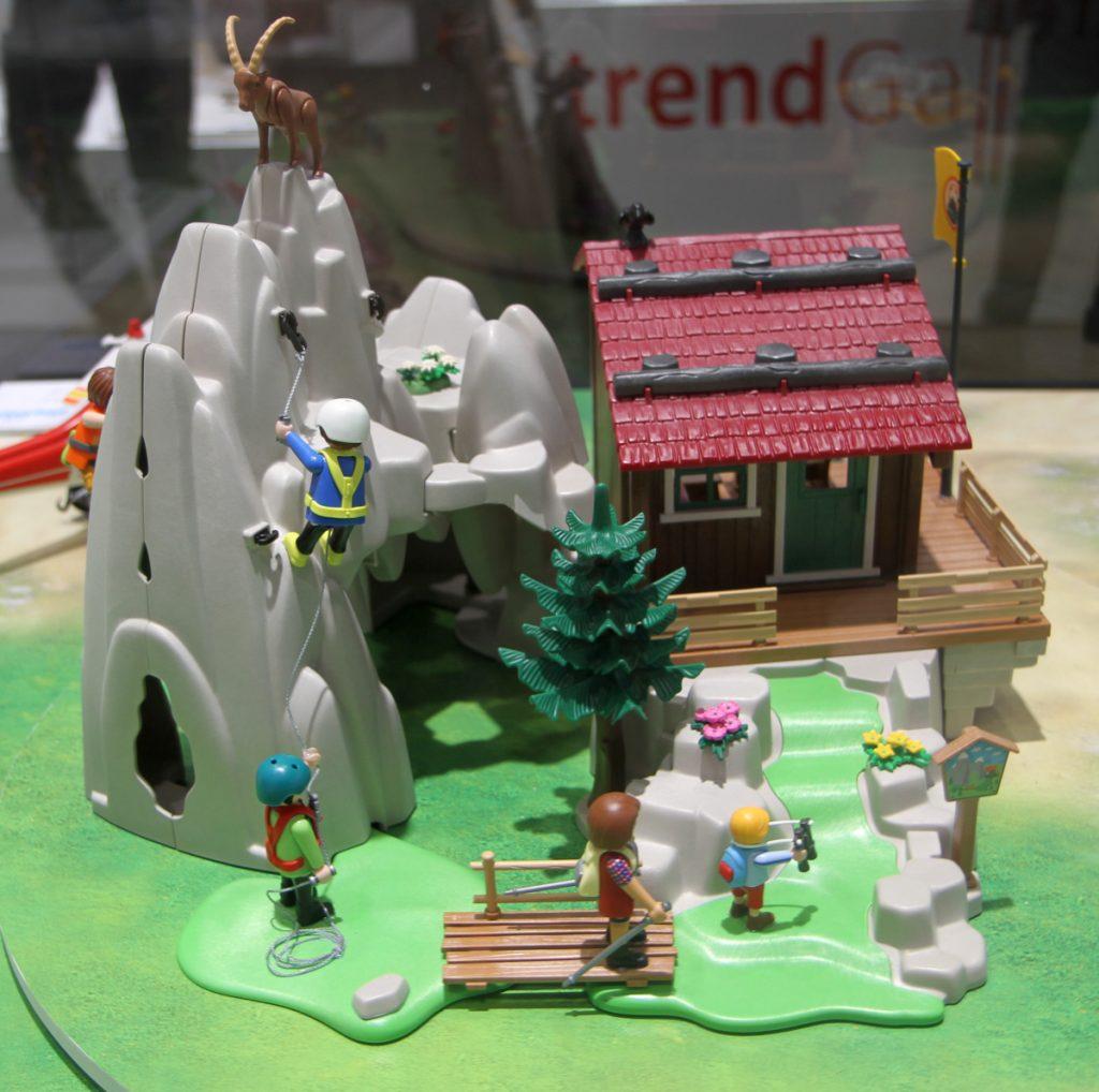 Der Playmobil Kletterfels kann von mehreren Seiten bespielt werden (Foto: Odufroehliche.de)